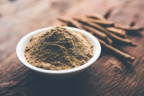 miska z proszkiem z korzenia ashwagandha