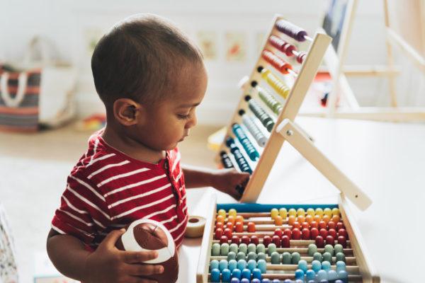 Małe dziecko i kolorowe liczydło