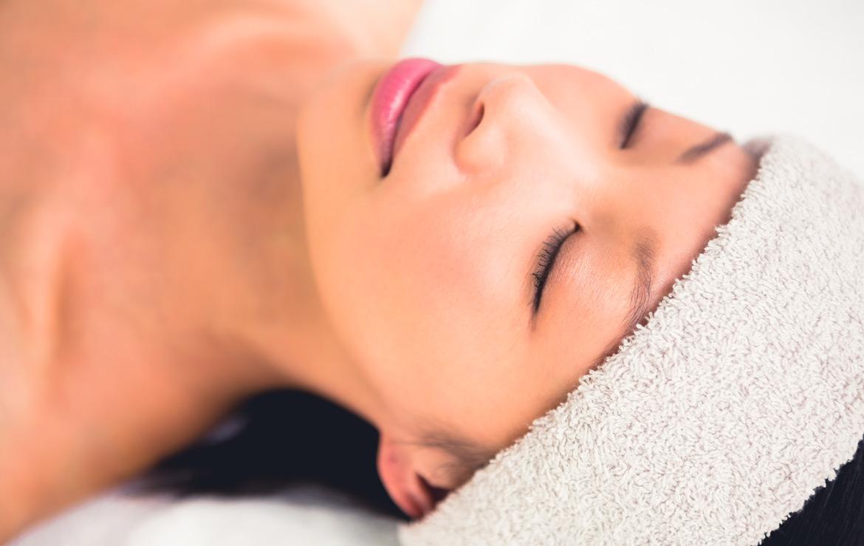 śpiąca kobieta z opaską na głowie