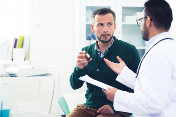 Konsultacja lekarska podczas której pacjent otrzymuje leki