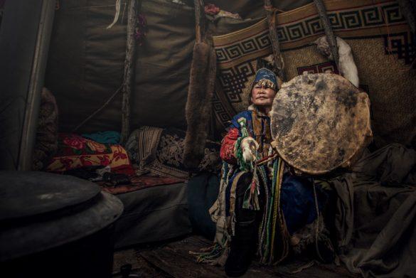 mongolski szaman siedzący w szałasie