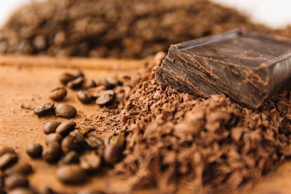 wiórki czekolady i ziarna kawy