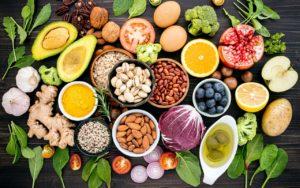 owoce, warzywa i inne zdrowe produkty spożywcze rozłozone na drewnianym blacie, produkty zalecane w diecie mind