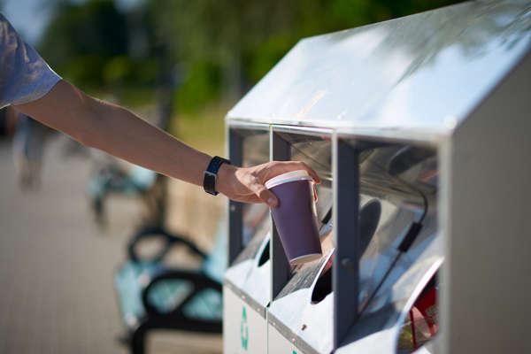 ręka wyrzucająca kubek kawy na wynos do kontenera na śmieci - detoks kofeinowy