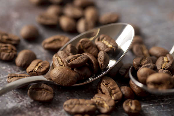 palone ziarna kawy na łyżeczce