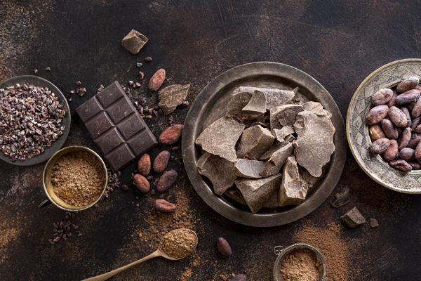 kawałki dobrej czekolady i proszek kakao