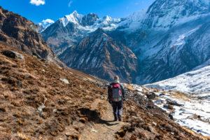 podróżnik wędrujący scieżką górską po Himalajach