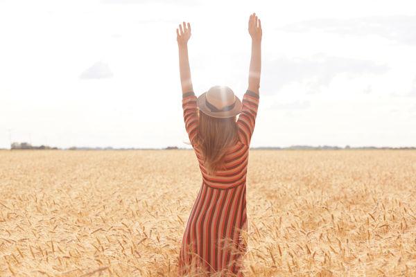 młoda kobieta na polu zboża w słoneczny dzień