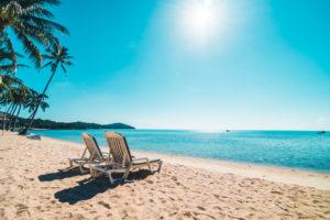 leżaki na plaży w słoneczny dzień