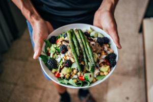talerz pełen kolorowych warzyw i owoców