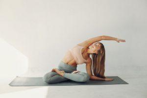 kobieta uprawiająca jogę na macie do ćwiczeń
