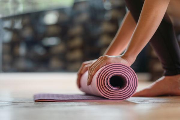 zwinięta różowa mata do jogi - mata do ćwiczeń