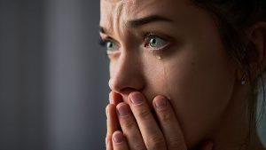 smutna twarz młodej kobiety