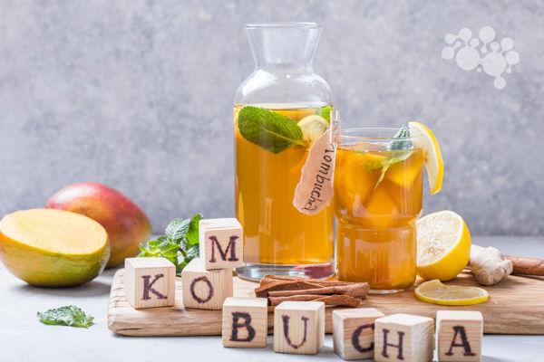 Napój kombucha z owocami - fermentowany grzyb herbaciany